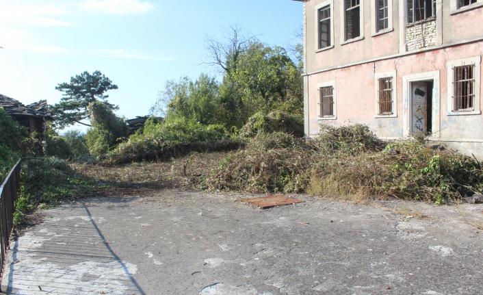 Mezun olduğu okulun bahçesini temizletti