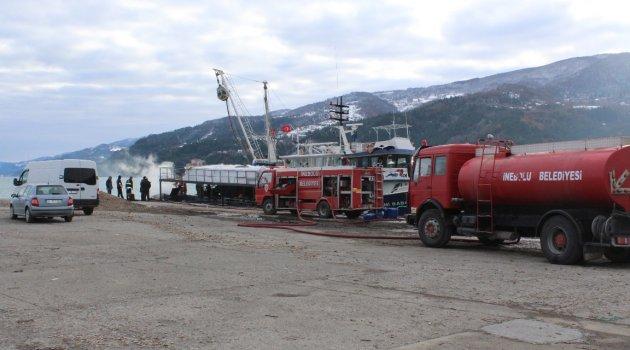 Açıkta Alev Alan Tekne İnebolu Limanı'nda Söndürüldü