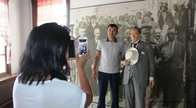 Yabancı gazetecilerden Atatürk'e sevgi seli