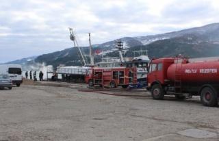 Açıkta Alev Alan Tekne İnebolu Limanı'nda...