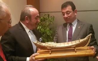 Ahmet Erkurtoğlu'ndan İmamoğlu'na İnebolu Denk Kayığı hediyesi