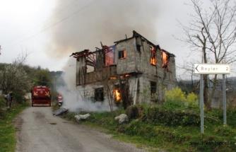 Köyde ahşap ev yandı, ahırdaki hayvanları vatandaşlar kurtardı
