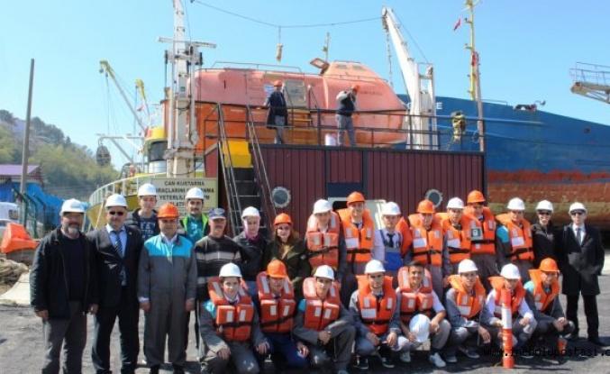 Denizcilik Lisesi öğrencilerine uygulamalı canlı kalma eğitimi