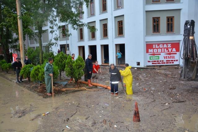 Yükselen dev sel suları bazı ev ve iş yerlerini bastı. İnebolu Belediyesi Fen İşleri ekipleri su basan caddelerde ve iş yerlerinde temizlik çalışması başlattı.