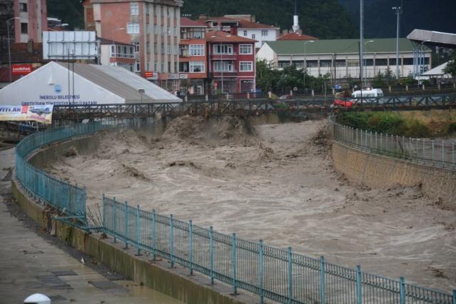 Şiddetli yağışlar nedeniyle seviyesi yükselen İnebolu Çayı taştı.