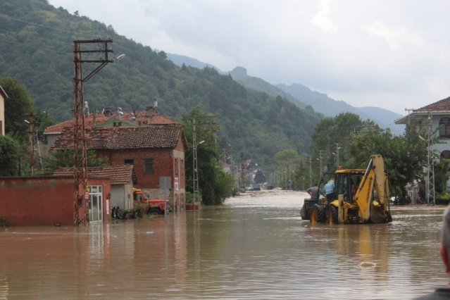 Şiddetli yağışlarla birlikte Zarbana Çayı'nın taşması sonucu Özlüce köyünde biranda sular altında kaldı.