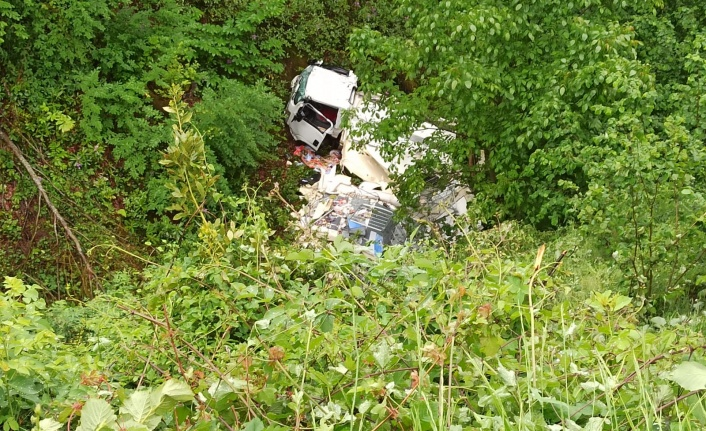 Dondurma kamyonu 70 metreden uçuruma uçtu