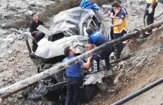 Sel bölgesinde görevlileri taşıyan araç kaza...