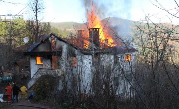 Sakalar Köyü'deki Yangında 8 Kişi Kış Günü Evsiz Kaldı